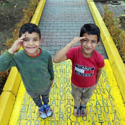 Cocuk parkı atık malzemelerle restore edıldı